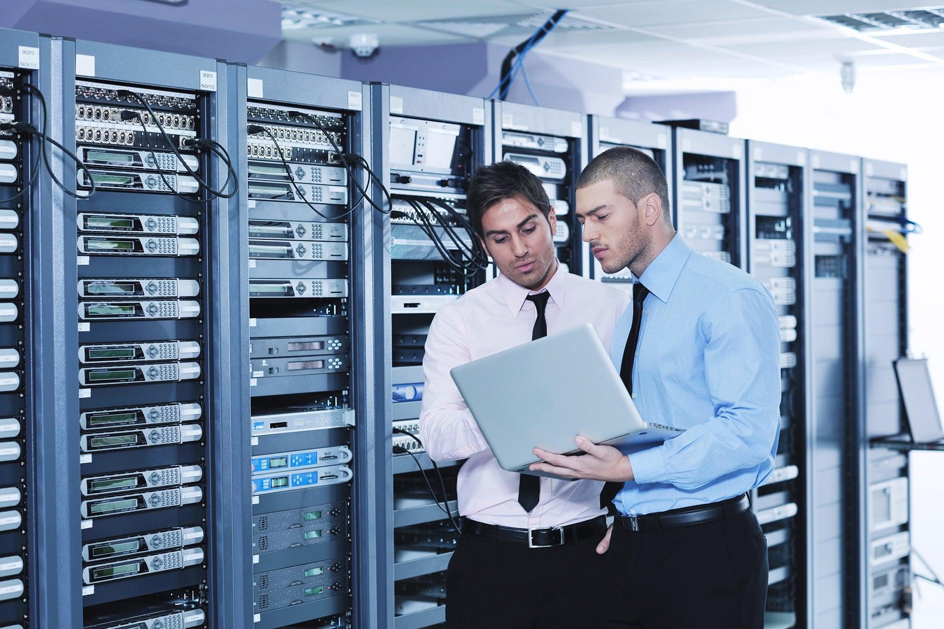Ingénieurs travaillant dans une salle de serveur Darest Informatic