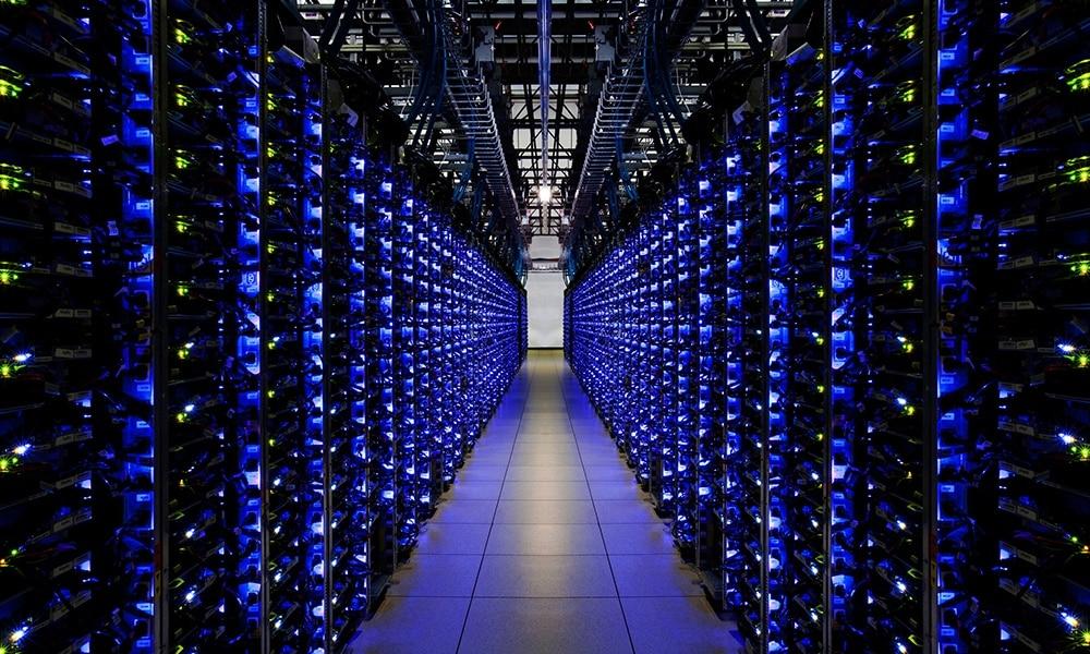 Salle de serveur HP illuminée de couleur bleue