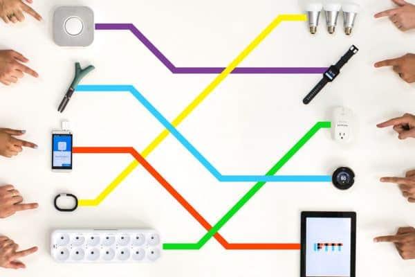 Main montrant des périphériques interconnectés - IFTTT - Darest Informatic